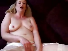Chicks Moans Her Way To Orgasm